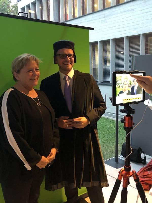 Kultusministerin Eisenmann mit dem Oberbürgermeister der Stadt Pforzheim Boch bei Reuchlin digital
