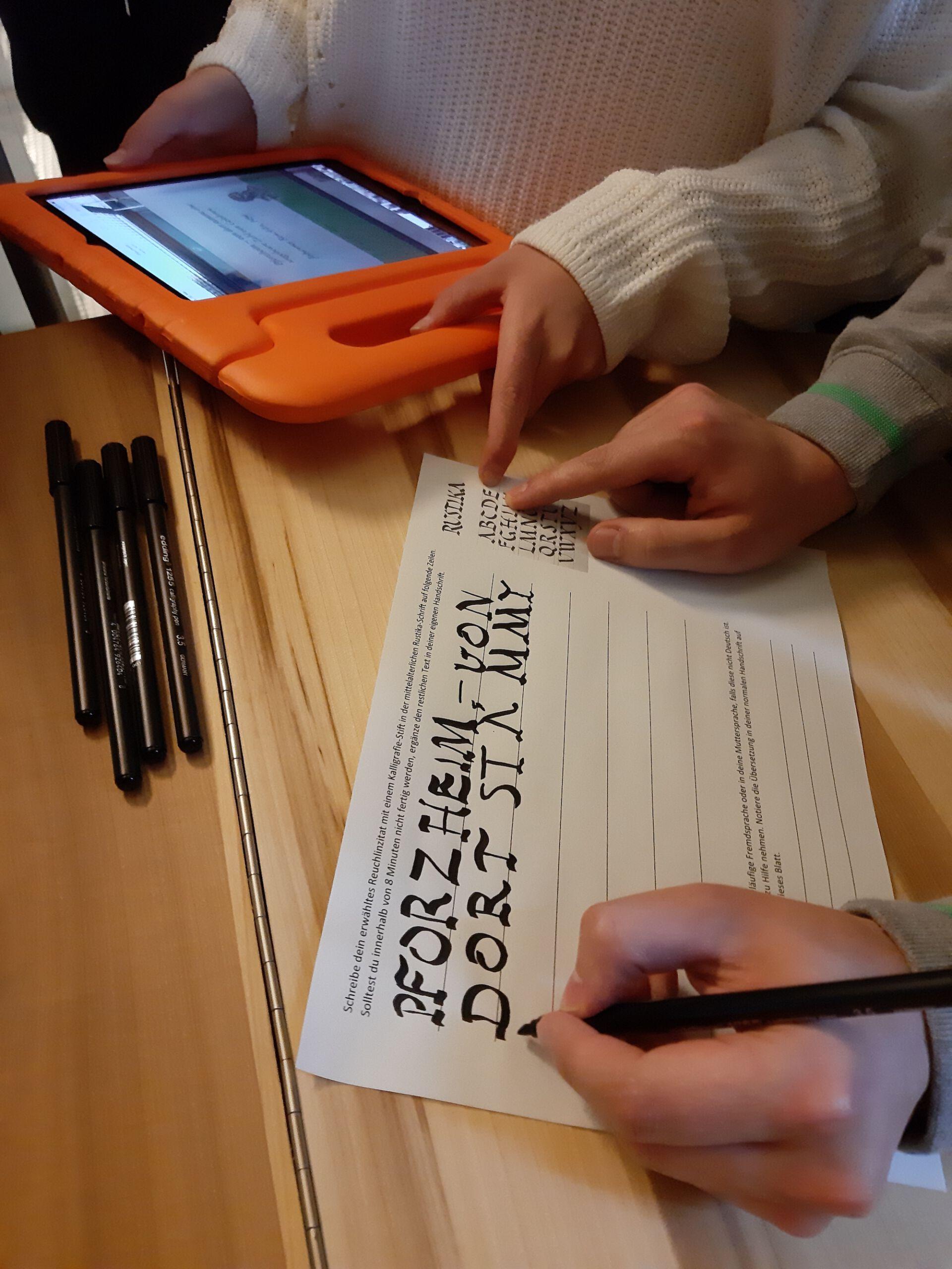 Schüler*innen schreiben in einer mittelalterlichen Handschrift